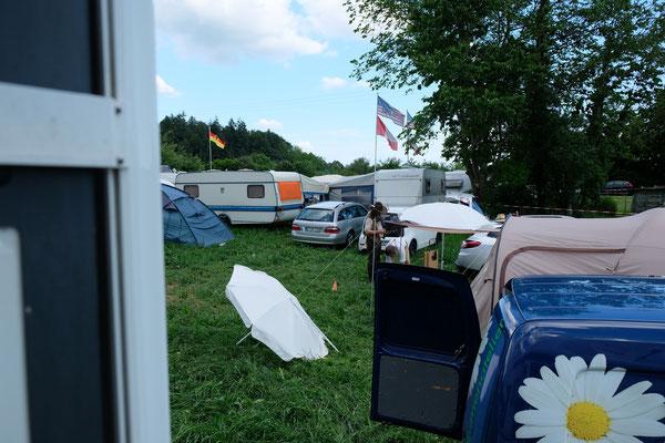 Wir stehen mit unserem Camper mitten unter den Coyboys