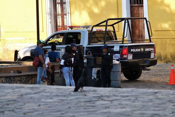 Die Polizisten beschäftigen sich über eine Stunde mit einer kleinen Frau.