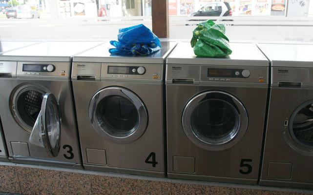Endlich beim vierten Versuch in Bielefeld können wir waschen. Gleich zwei Maschinen werden befüllt.