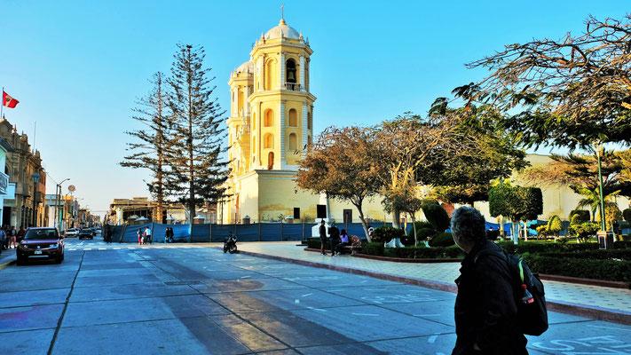 Der Plaza de Armas mit der Kirche in Lambayeque