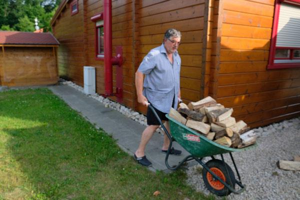 Alois schafft das Feuerholz vom Abstellplatz