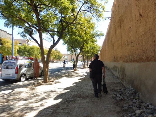 Die Stadtmauer ist immer noch aus Lehm gebaut