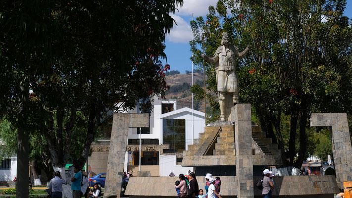 In Banos del Inca auf dem Plaza del Armas sehen wir ihn dann doch noch Atahualpa