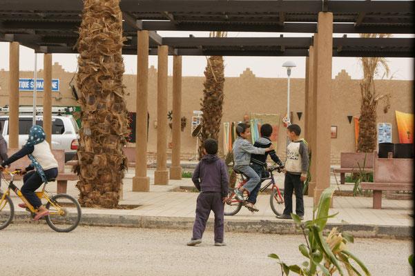 Die Kinder sind Fahrradkünstler