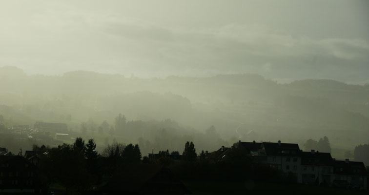 Der Nebel liegt über dem Dorf