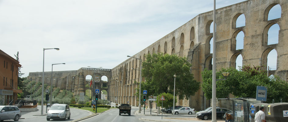 Wow, ein riesiges Aquädukt ausserhalb der Mauern