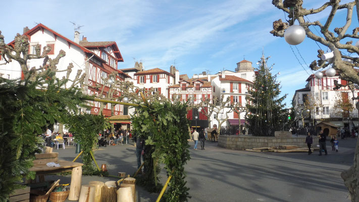 Die weihnachtlich geschmückte Altstadt von St.Jean de Luz