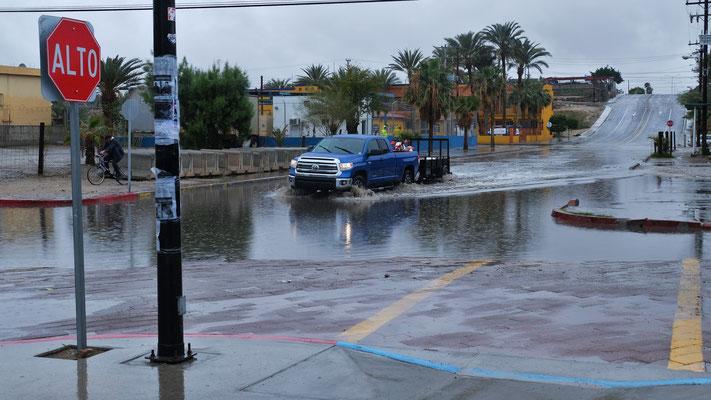 Tatsächlich Regen und die Strassen füllen sich in Windeseile