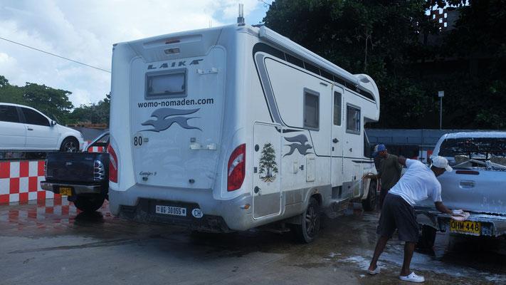 Für die Fahrt auf dem Frachter muss der Camper sauber sein und eine Wäsche lohnt sich heute dppelt.
