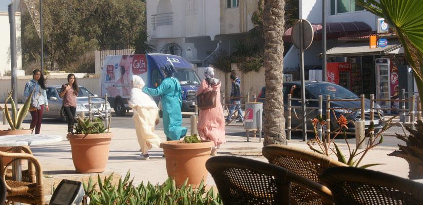 Die Haare flattern im Wind in Saidia.