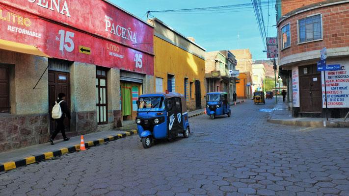 Die kleinen Taxis flitzen durch die Strassen und Gassen