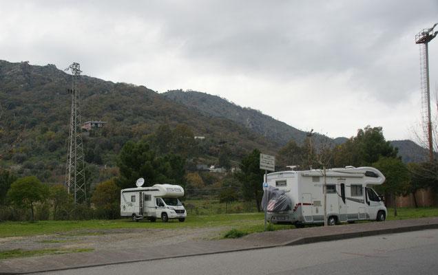 Der grosse Parkplatz. Nur wenige Schritte vom Kloster entfernt