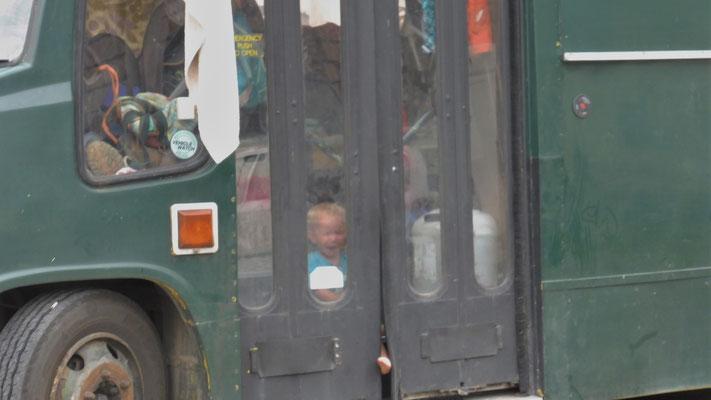 Da will einer abhauen aus dem elterlichen Bus