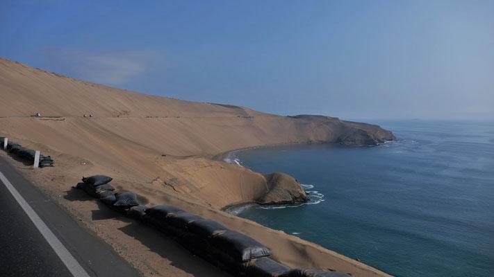 Immer noch vor Lima, wunderschöne Wüstenküstenlandschaft