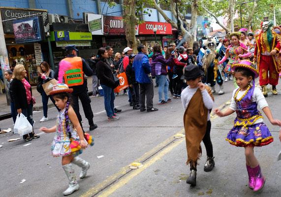 Eine kleine Gruppe Ureinwohner mit ihren farbenprächtien Kleidchen kommen zum Schluss