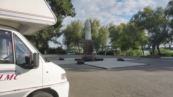 Unser Uebernachtungsplatz auf dem Hauptplatz in Vylkone