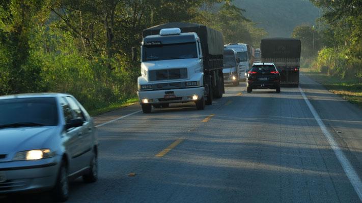 und die Lastwagen sind auch wieder da.
