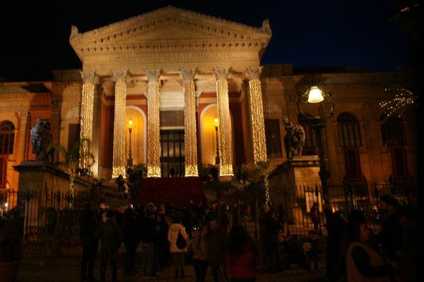 Das Theater Massimo erstrahlt in schönstem Lichterglanz