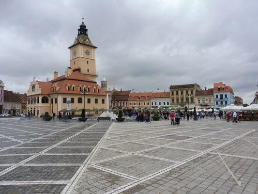der grosse Platz mit Rathaus in Brasov