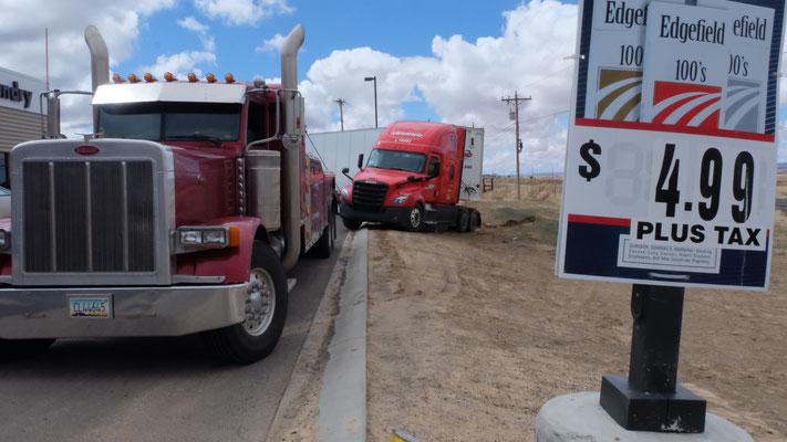 Der Lastwagen wird wieder auf festen Boden gezogen
