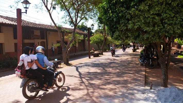 Die Schüler lassen sich per Mototaxi in die Schule chauffieren