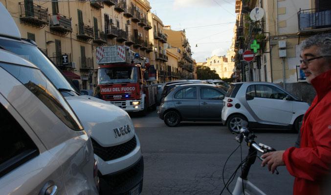 Das Feuerwehrauto hupt und tütät, aber es gibt kein Durchkommen