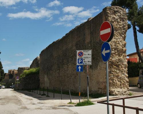 Die alten Mauern um die Stadt Fano