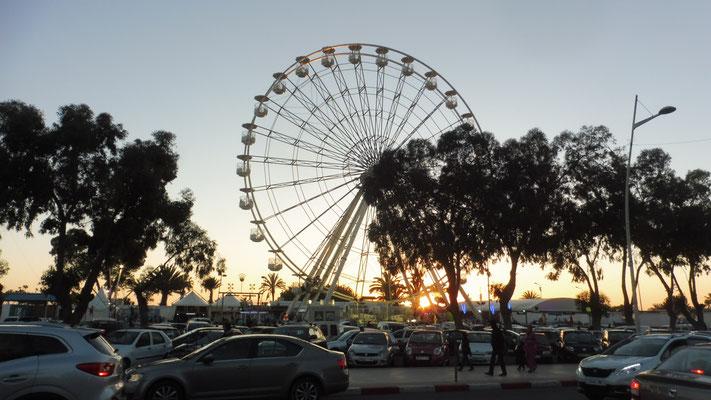 Das Riesenrad dreht sich fleissig im Abendlicht.