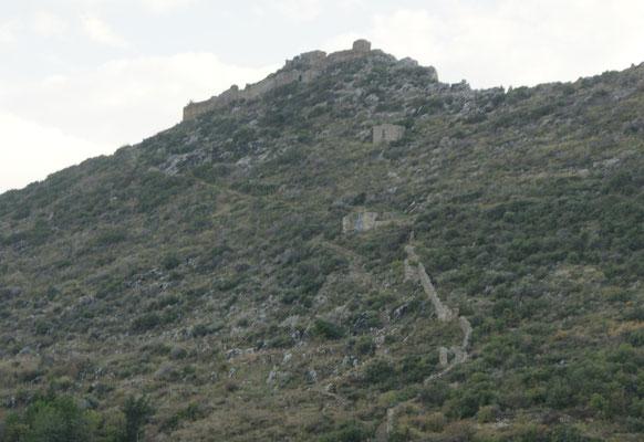 Die Burg und die Befestigungsmauer, der alten Besetzer