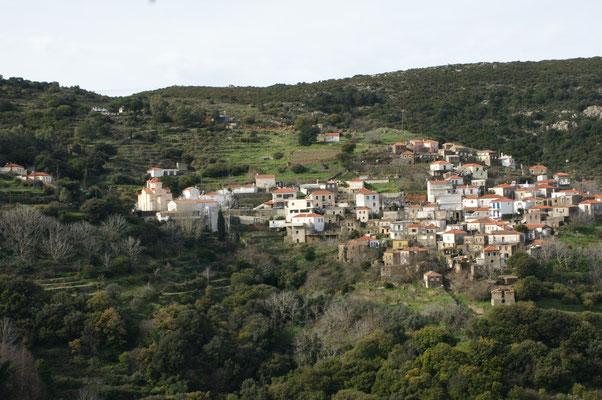 Dörfer an den Hängen inmitten der Hügel