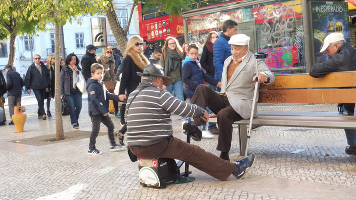 """"""" Ich total professionell, wenig Euros."""" Wir tragen die falschen Schuhe."""