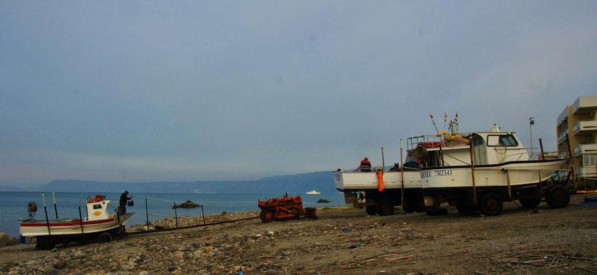 .... eine halbe Stunde später sind sie wieder da und werden auf den Strand gezogen.