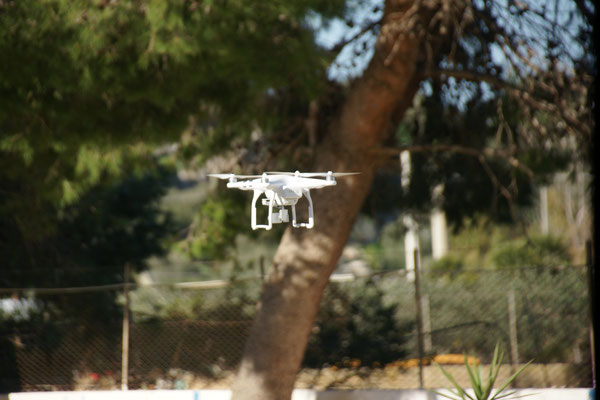 Unser Nachbar lässt seine Drohne über unsere Köpfe surren,