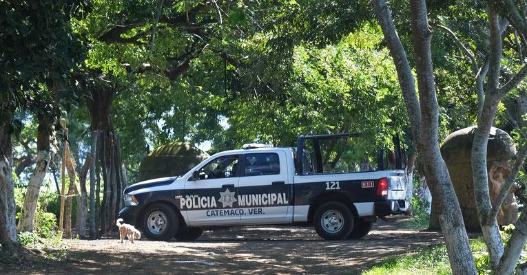 .. gut geschützt von der Polizei