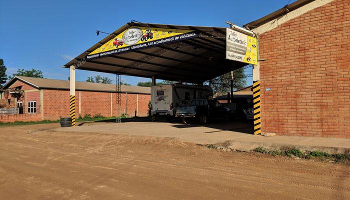 ...beim Mechaniker stehen wir fast eine ganze Woche, mit Strom und Wasser versorgt.