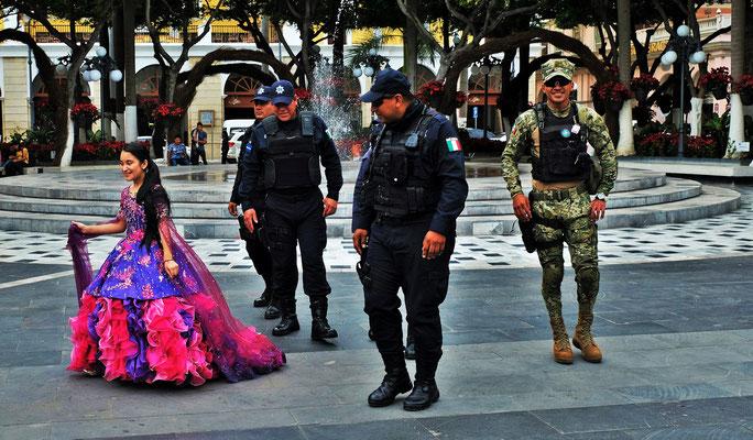 Die Uniformierten lassen sich gerne mit der kleinen Brautjungfer ablichten.