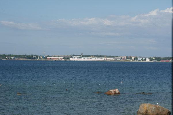 Es liegt direkt am Meer. Also nochmals einen Blick zurück nach Tallin