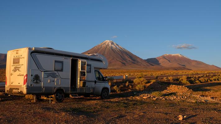 Unser Uebernachtungsplatz auf 3100 m Höhe, neben dem Vulkan