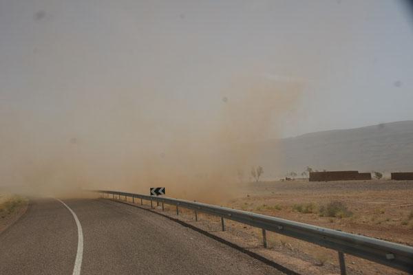 Luft anhalten, wir müssen da durch. Sandsturm auf dem Weg nach Zagora