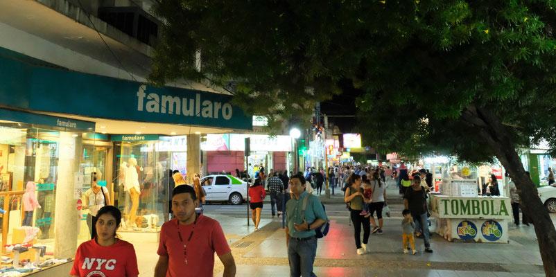 Die Einwohner sind um 22 Uhr immer noch zu hauf unterwegs und die Läden geöffnet.