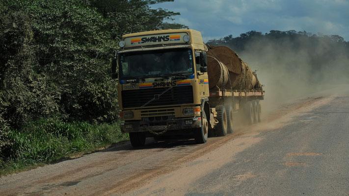 Einige Lastwagen mit wertvoller Fracht kommen uns entgegen