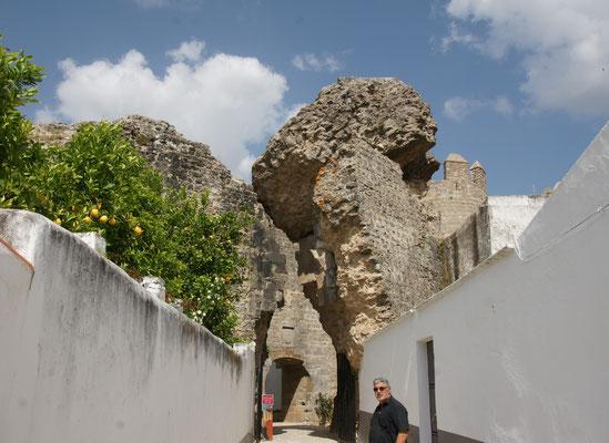 Sieht nicht ganz ungefährlich aus der Eingang in die Burg von Serpa