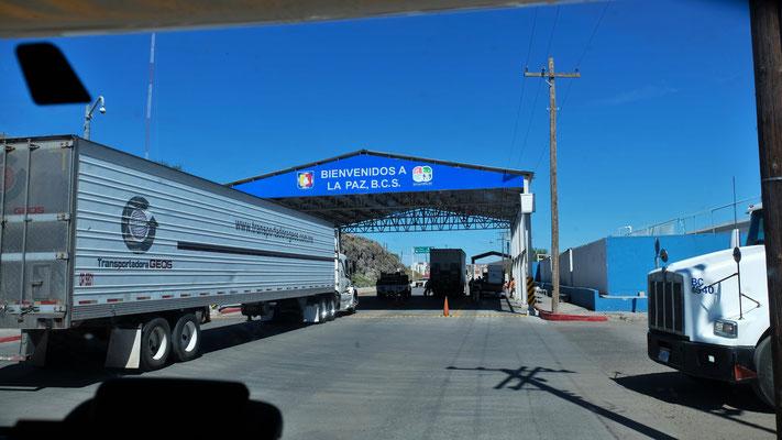 .... dann heisst es warten, zusammen mit den vielen Lastwagen.