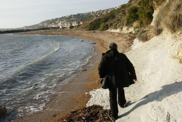 Dem Strand entlang zum Kaffee