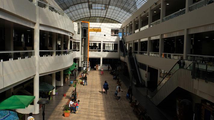 Die grosse zentrale Markthalle mit Rolltreppe