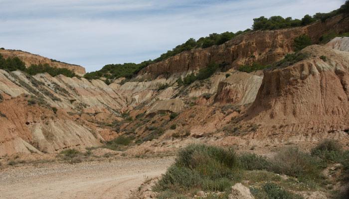 Hinter der ersten Sandsteinfelsenreihe im Navarra