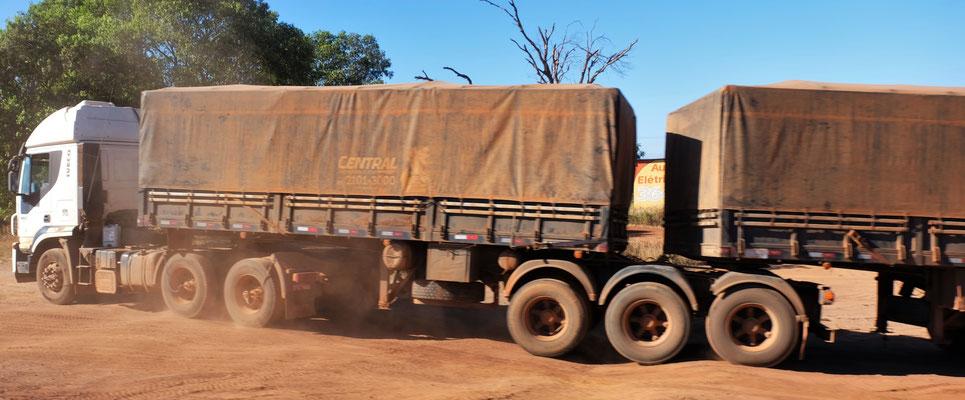 Die Lastwagen sehen meist so aus.
