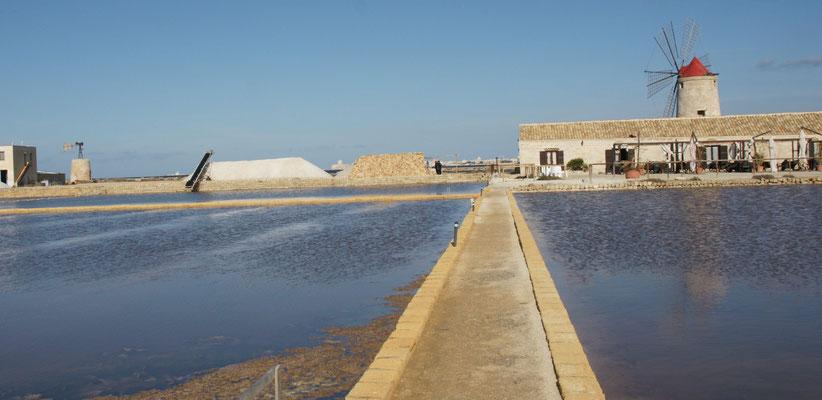 Die Salinen mit dem Museum und der Trattoria im Hintergrund