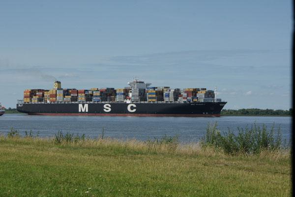 Riesenschiffe auf dem Weg nach Hamburg