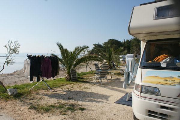 Auf dem Camping Sobrec. Die Wäsche trocknet an der Sonne